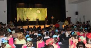 El auditorio estaba lleno para ver a las jóvenes artistas.