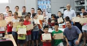 Entrega de diplomas a los participantes en el taller de robótica.