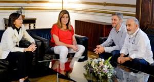 Los responsables de la serie y Susana Díaz.