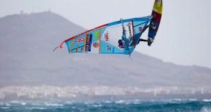 Víctor Fernández volando sobre las olas.
