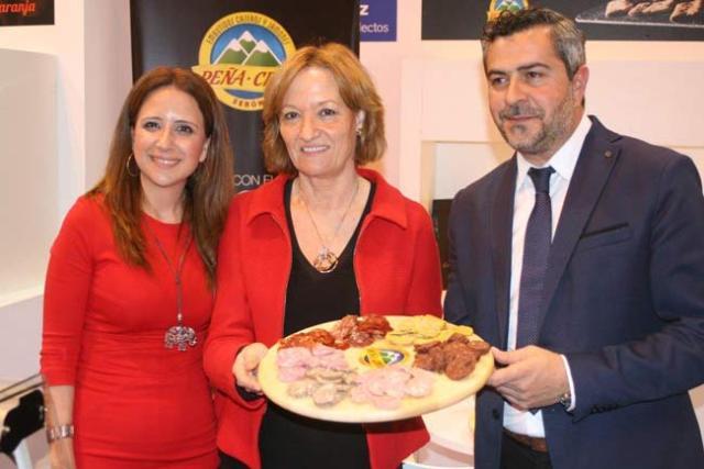 Carmen Ortiz (en el centro) y el alcalde de Serón, Juan Antonio Lorenzo, han mostrado los embutidos del municipio.