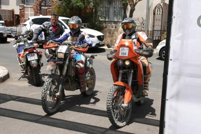 Dos pilotos llegan a la meta de Roquetas.