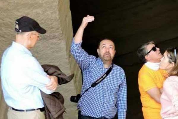 Lorenzo Cara en una visita arqueológica con Amigos de la Alcazaba.