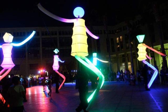 El Festival de El Ejido arrancó con un pasacalles lleno de luz y color.