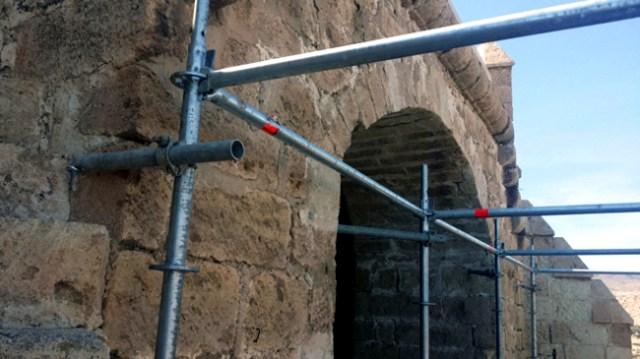 Taladros en la muralla de la Alcazaba para anclar andamios para un espectáculo.