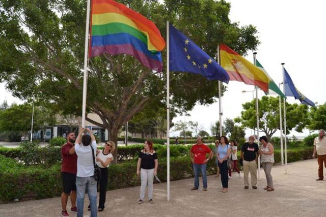 Izado de la bandera arcoiris en la UAL.