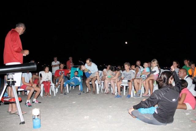 Una treintena de pesonas pasaron la noche observando las estrellas.