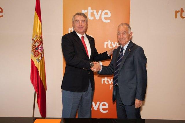 Los presidentes de RTVE y la Diputación de Almería tras la firma del convenio.