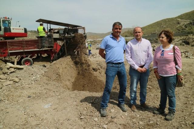 Trabajos de limpieza de los residuos vertidos en el Río Adra