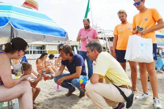 El concejal de Turismo de Roquetas ha repartido ceniceros y pulseritas.