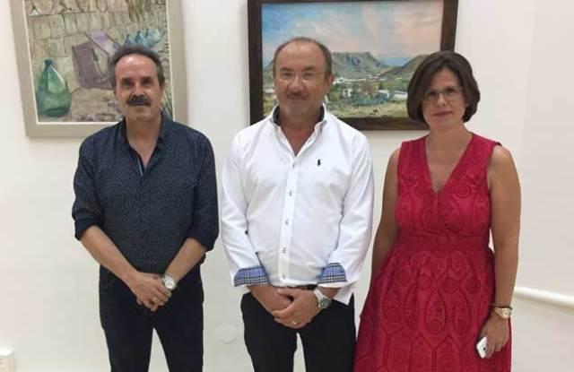 El delegado de Cultura, el pintor responsable de la exposición y la directora de la biblioteca.