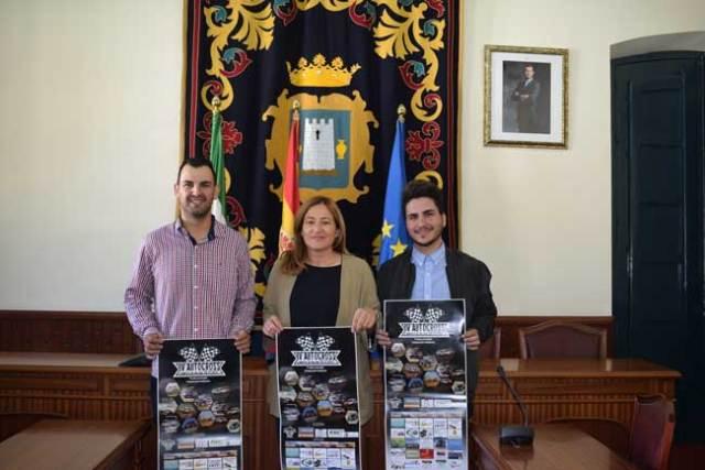 La alcaldesa de Níjar muestra el cartel del Autocross de Campohermoso.