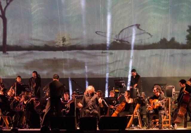 José Mercé acompañado por una orquesta sinfónica.