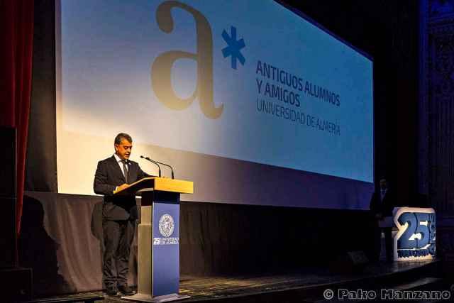 El rector presentó el programa de Antiguos Alumnos y Amigos de la UAL.