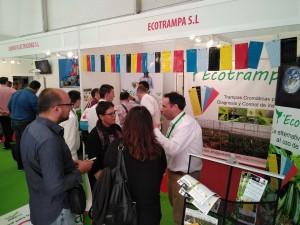 Miembro de Ecotrampa S.A. informando a agricultores.