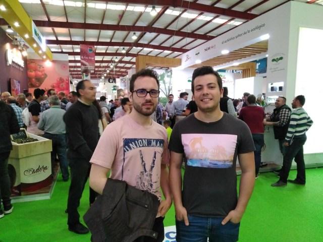 Jóvenes emprendedores visitando la Expolevante.