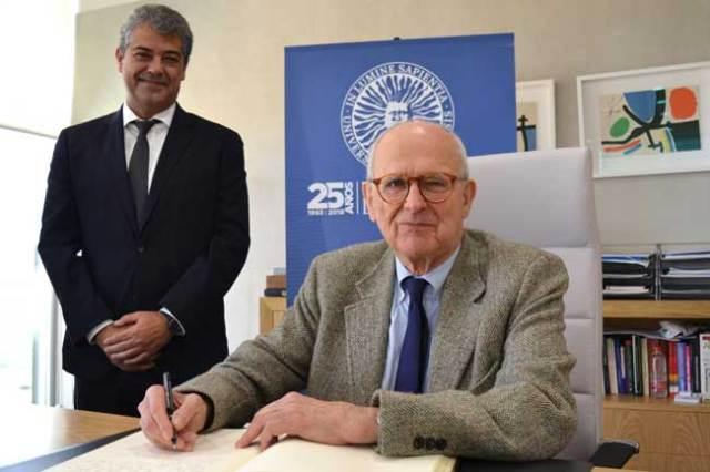 Rainer Weiss firma en el Libro de Honor de la Universidad de Almería.