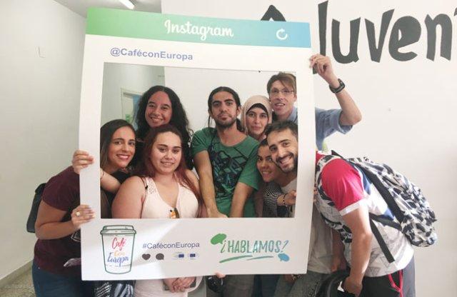 Jóvenes participantes en el ciclo Café con Europa.