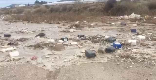 Crecida en Níjar, donde numerosos residuos agrícolas son arrastrados por el agua.