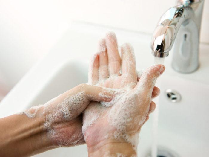 Во время болезни надо тщательно мыть руки. /Фото: drweil.com