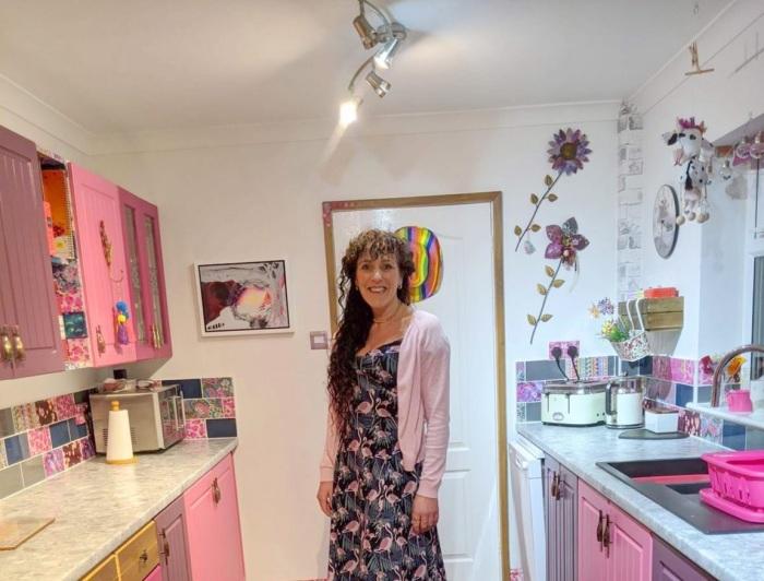 Вот так преобразился кухонный гарнитур и стены после усилий Сони Бартон.   Фото: storytrender.com.