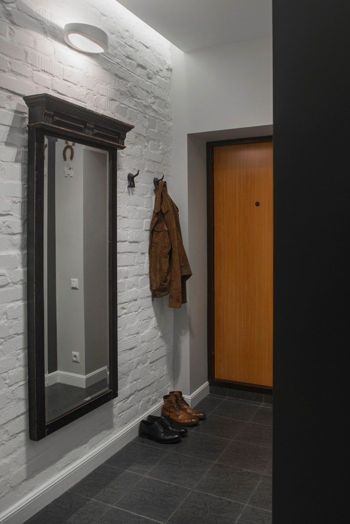 Old-Fashioned-Hallway-Interior-with-Unique-Textured-Wall-Decorated-with-Traditional-Coat-Hooks-and-Woodframe-Wall-Mirror-Design-936x1402