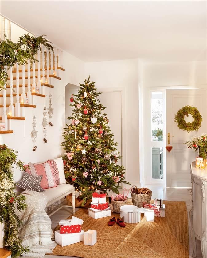 recibidor-decorado-de-navidad-con-arbol-con-adornos-en-blanco-cristal-y-rojo_674x843_dbbdd63c