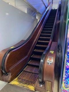 Escada rolante de madeira na Macy's Herald Square