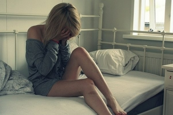 sad-alone-crying-girl-on-bed
