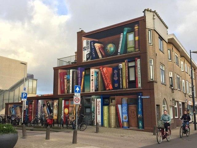 Ulični umetnik pretvorio fasadu u policu za knjige u Holandiji