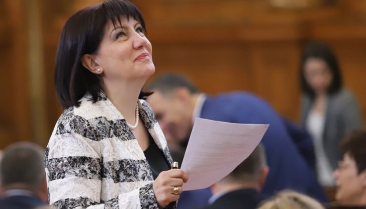 Караянчева, не е нужно всеки ден да доказваш, че си ПКП…