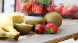 Подготовить фрукты и ягоды.