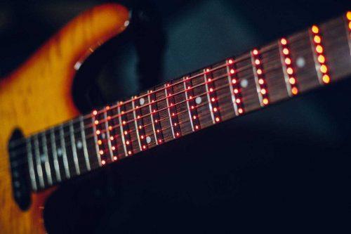 Светодиодная накладка поможет освоить гитару