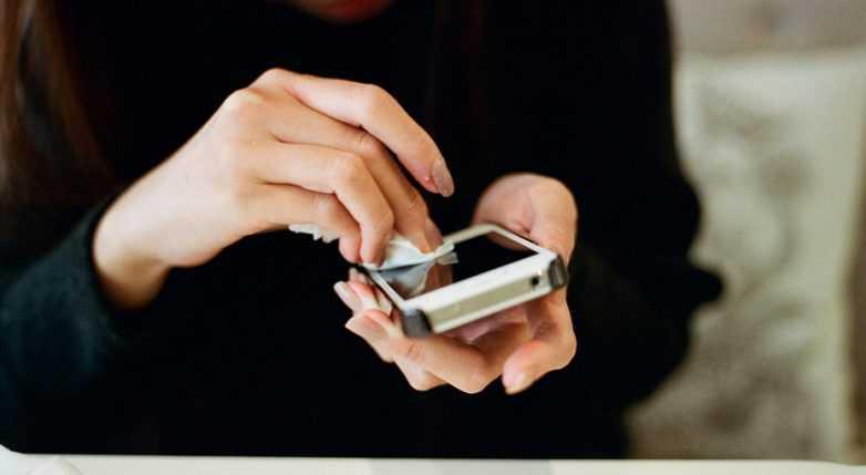Чем можно и чем нельзя чистить телефон?