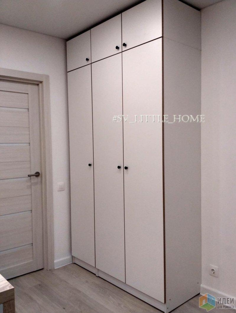 шкаф 1,35см шириной и 2,56 высотой. Но большим не выглядит из-за цвета. Его вообще не сразу замечали на просмотре)