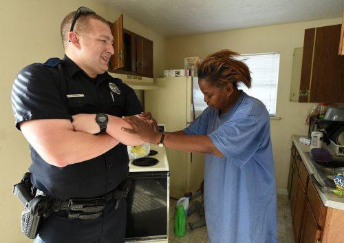 Она украла для детей 5 яиц. Вместо ареста офицер купил ей много-много еды
