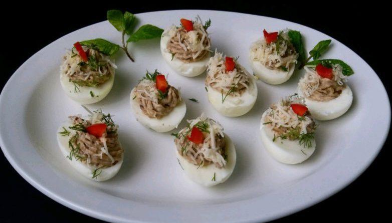 Фаршированные яйца с пастой из грибов