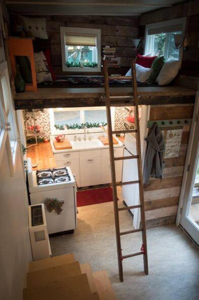 Одинокая мать сама построила крошечный домик