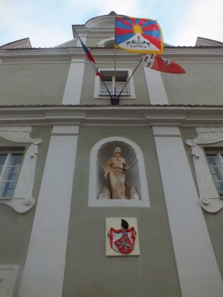 Novoknínská radnice s tibetskou vlajkou