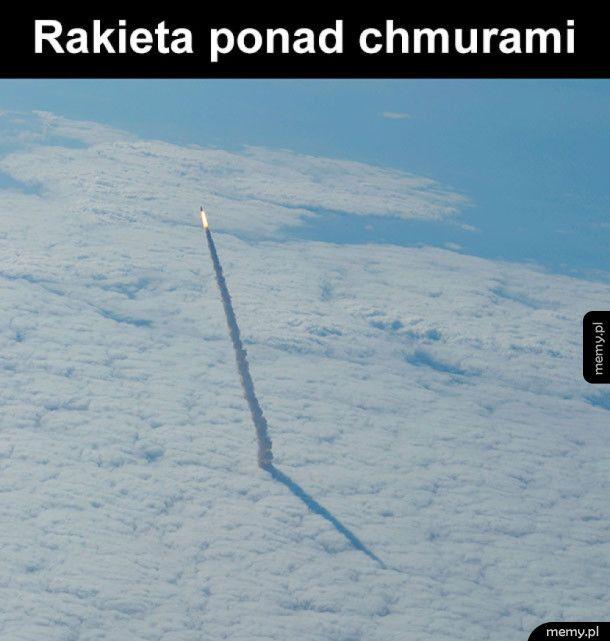 Rakieta - Ciekawy widok rakiety nad chmurami - Memy.pl