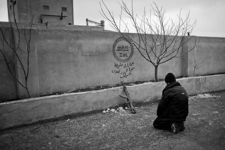 Modlący się bojownik Wolnej Armii Syrii. Styczeń 2013, Maarat Nouman, Syria. Fot. Maciej Moskwa / Testigo Documentary