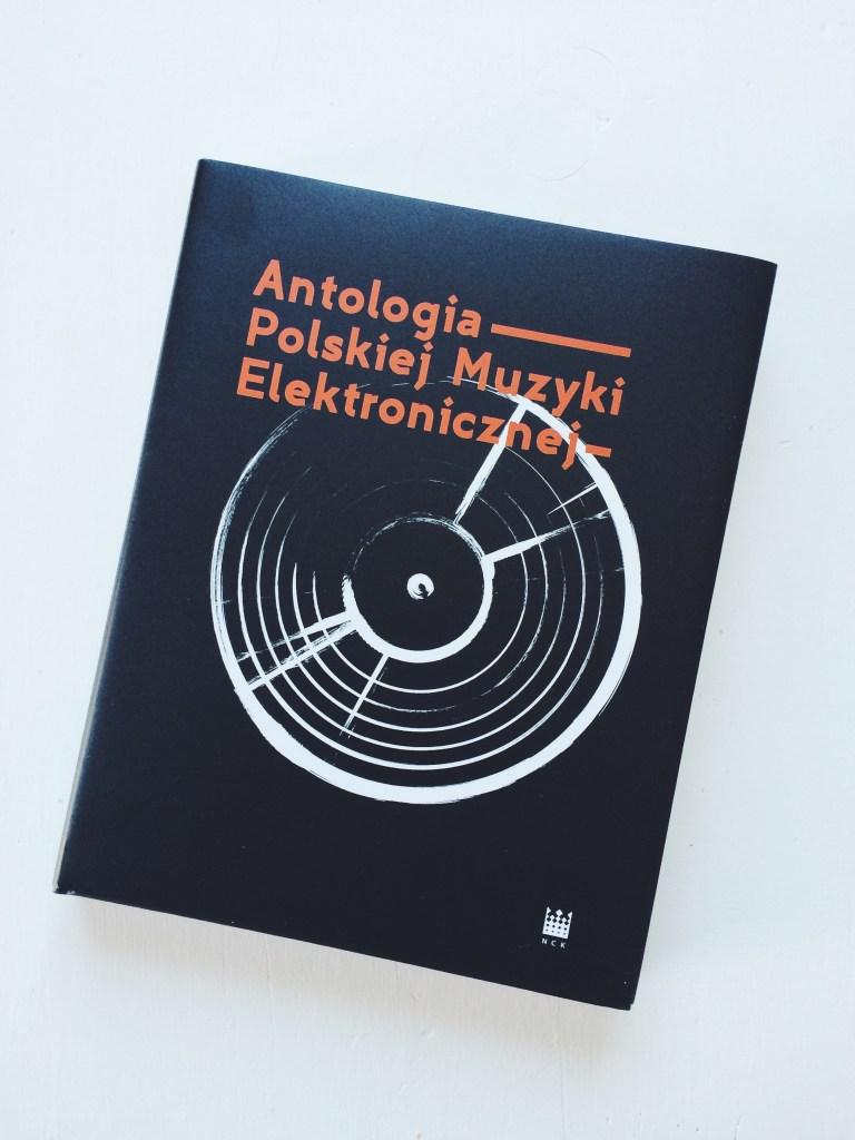 """""""Antologia Polskiej Muzyki Elektronicznej"""" wydana w tym roku przez Narodowe w Centrum Kultury, w której Maciej Polak pisze o najważniejszych syntezatorach. Więcej: http://www.nck.pl/varia/318521-antologia-polskiej-muzyki-elektronicznej/."""