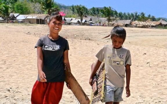 Indonésie - Petites vendeuses de bijoux