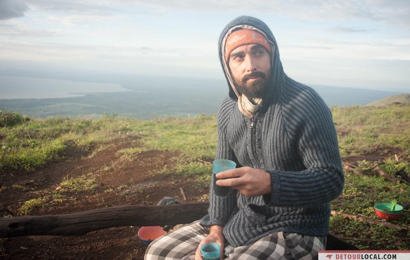 Maxime prend son petit déjeuné après avoir passé la nuit au sommet d'un volcan au Nicaragua