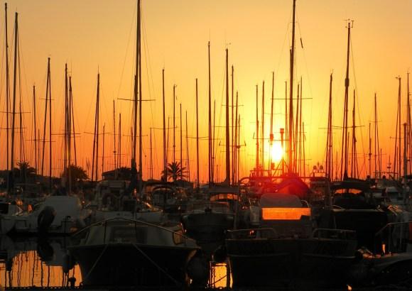 coucher de soleil lors d'une sortie en voilier
