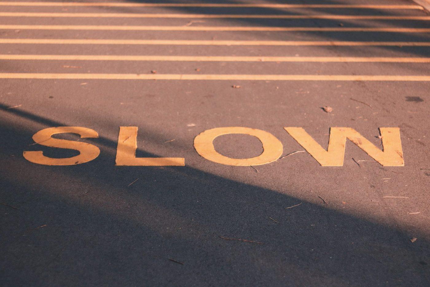 Un signe slow inscrit sur la route, incitant à ralentir