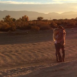 Britney Spears besando a un extraño en el desierto…