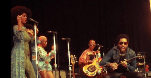 #NowNews: ¡ Lenny Kravitz muestra su pene en concierto !