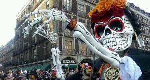 #Terror  Al estilo 007 regresan calaveras por las calles de la Ciudad de México.