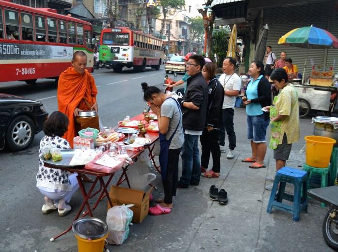 bangkok moine monk offrande rue matin noworries